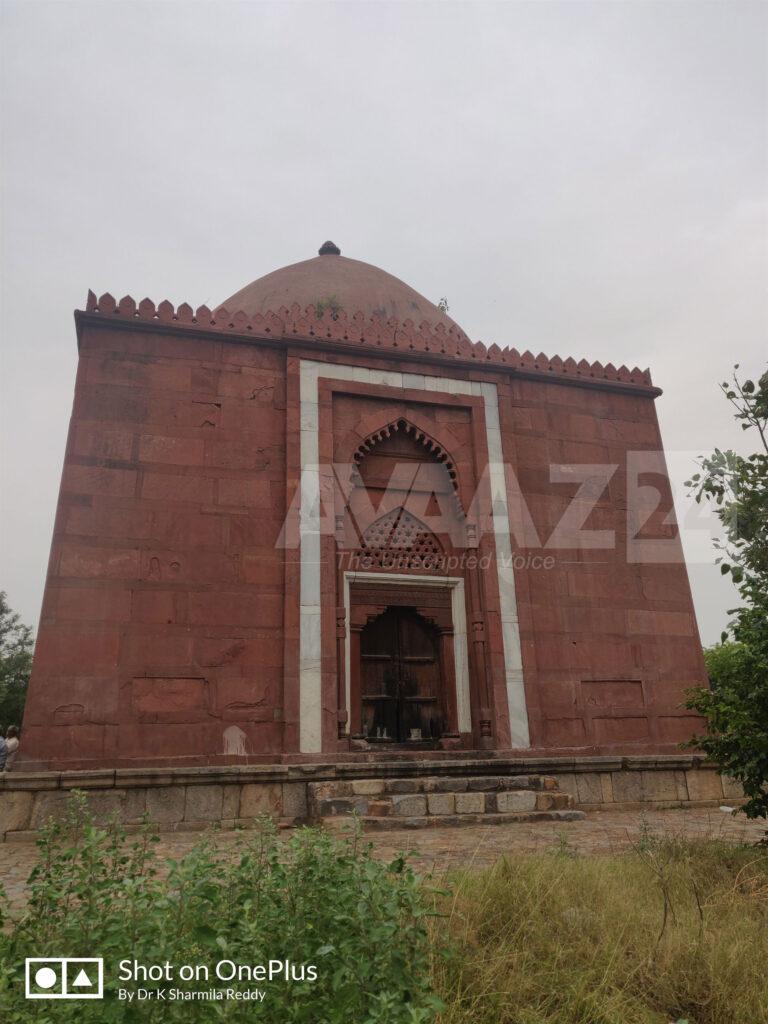 Lal Gumbad or Rakabwala Gumbad- Tomb of Shaikh Kabbiruddin Auliya