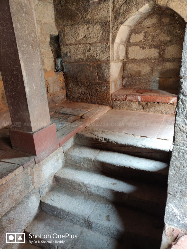 the flight of steps to reach the tomb level
